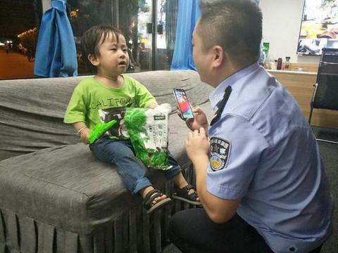 孩童广场玩耍与家人走散 汉阴巡特警帮忙找回