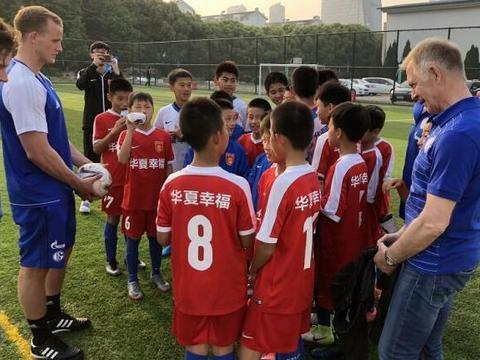 德甲球队沙尔克04市场总监约布斯特飞往上海,参加俱乐部开幕式。