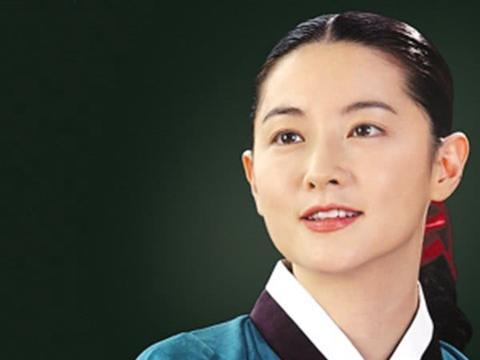 48岁李英爱带女儿看舞台剧,优雅大方状态佳,8岁女儿颜值高