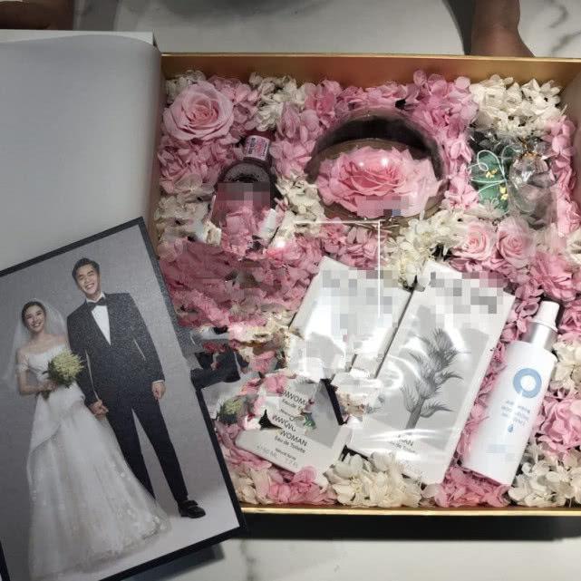 张若昀唐艺昕婚纱照曝光,伴手礼:永生花寓意爱情永生