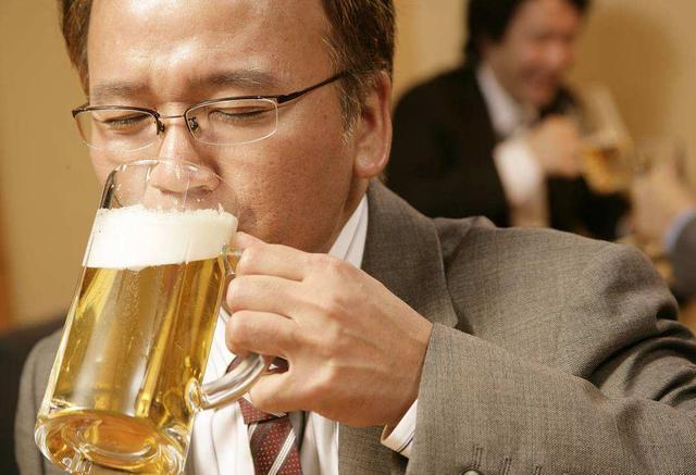 喝啤酒能预防骨质疏松?营养师:当心无法补钙,反而诱发心血管病