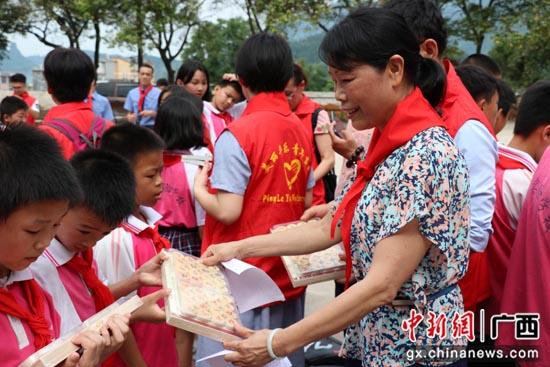 广西平乐县开展青春扶贫关爱留守儿童活动