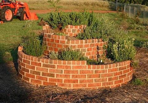 在院子制作螺旋状的花塔,可搭配不同花卉,形成独特景观
