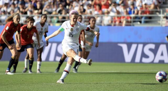 吹偏哨+双重标准!女足世界杯裁判又惹争议 美国2点球有假摔嫌疑