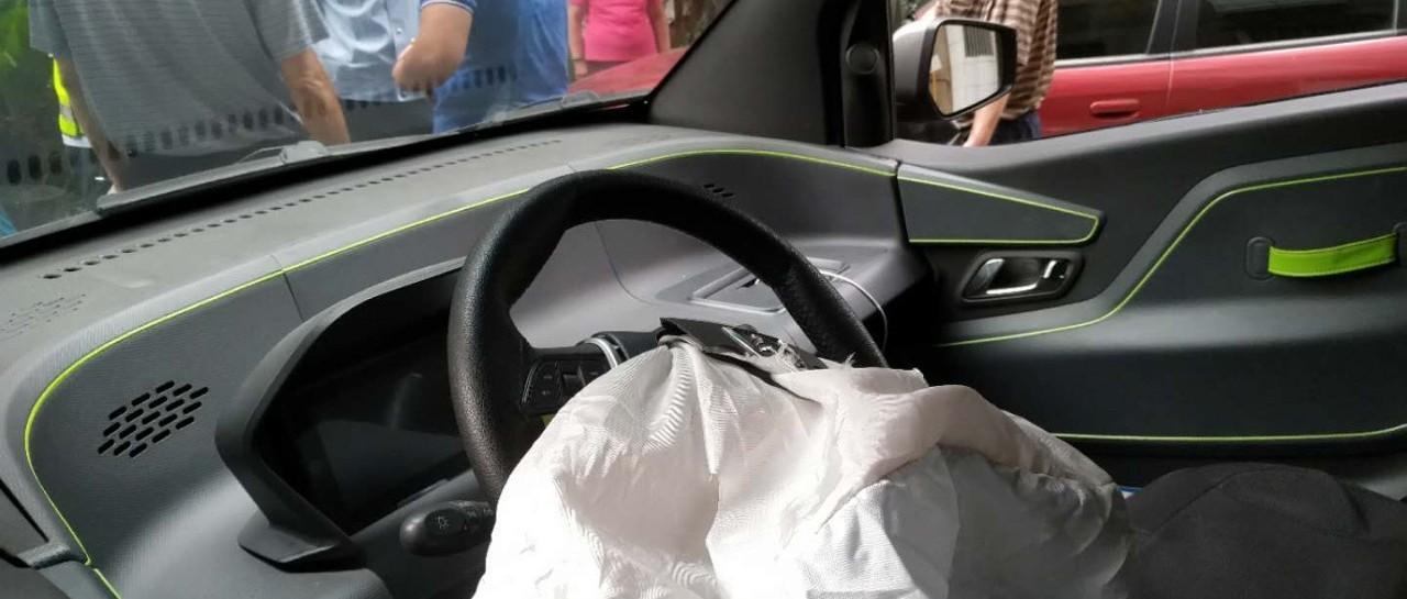 广西一8岁娃小区内独自开车,撞上他车受伤!警方:家长全责!【930新闻眼】