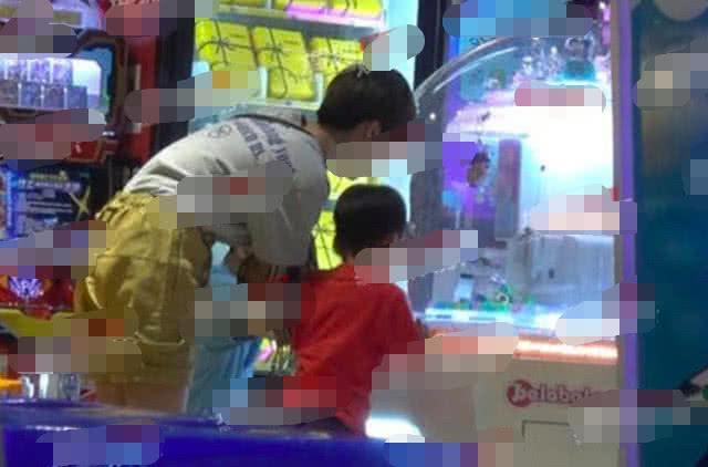 谢楠带大儿子现身儿童城打电玩,5岁吴所谓越来越像爸爸吴京