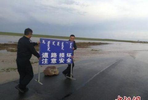 强降雨引发洪水 内蒙古民警连夜救助受困群众38人