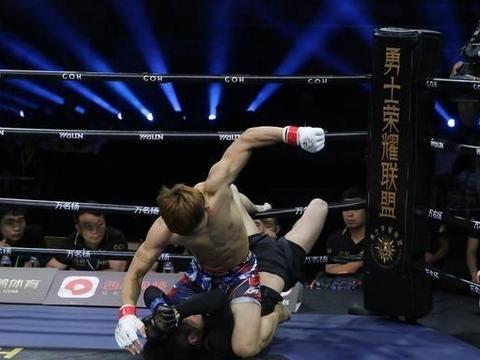 又干掉一个日本人!中国格斗新星三次打的日本选手抱头求饶