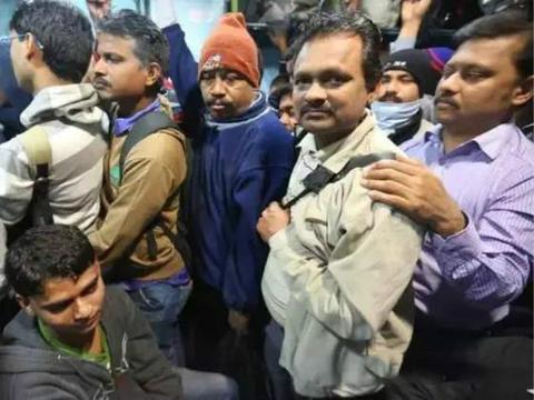 中国游客去印度旅游,体验孟买火车后,表示不会再去第二次