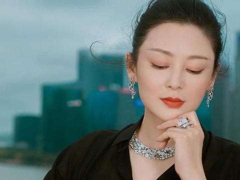 50岁陈红近照,一袭黑裙美出新高度,可她乱糟糟的发型太减分!