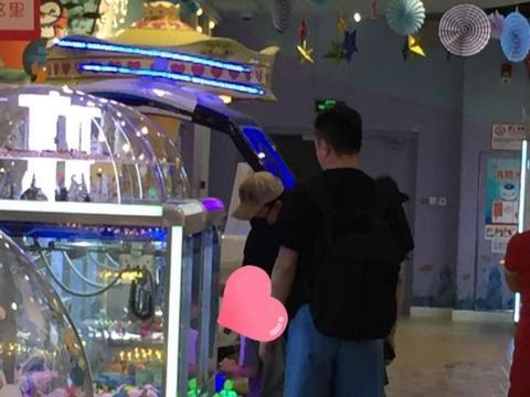 黄渤带二胎女儿逛儿童乐园,被网友偶遇,陪娃玩游戏尽显满满父爱