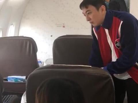 王思聪陪女友人飞新加坡,帮拎行李献殷勤,整理证件变暖心小王