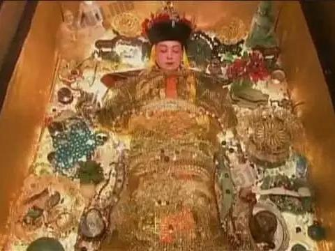 孙殿英炸开慈禧墓,为何毁掉了最值钱的宝物,都怪他这批文盲手下