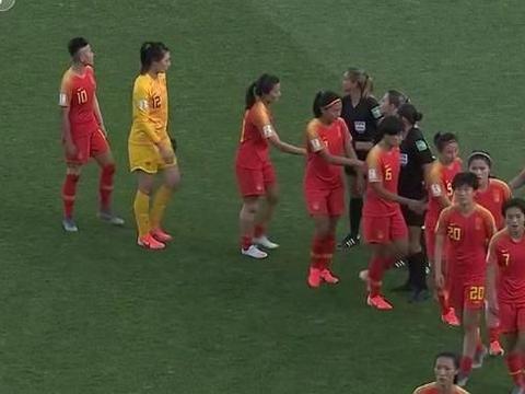 0-2,中国女足输了!创世界杯28年最差战绩,赛后手拉手感谢球迷