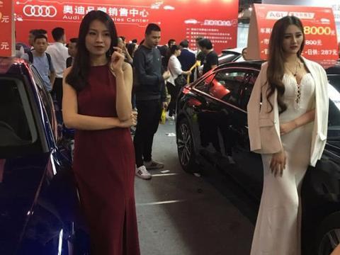 车展奥迪车模鹤立鸡群,引人围观群众纷纷拍照不止。