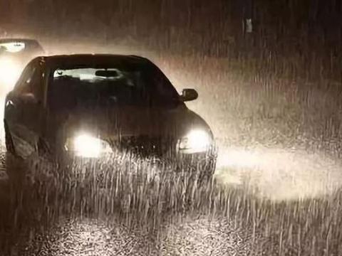 夏季频繁下暴雨,雨天不打灯行驶有多么危险?
