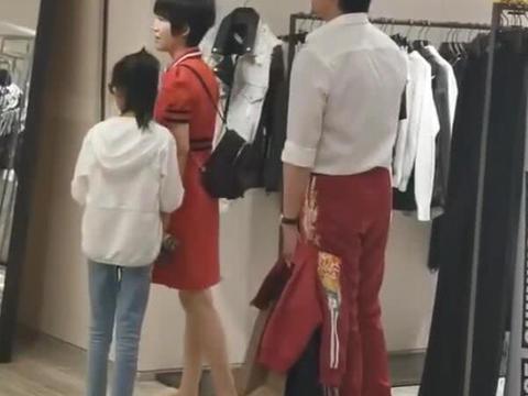 陆毅香港穿着骚气,老婆帮他买衣服,鲍蕾没化妆,看到有人拍就躲