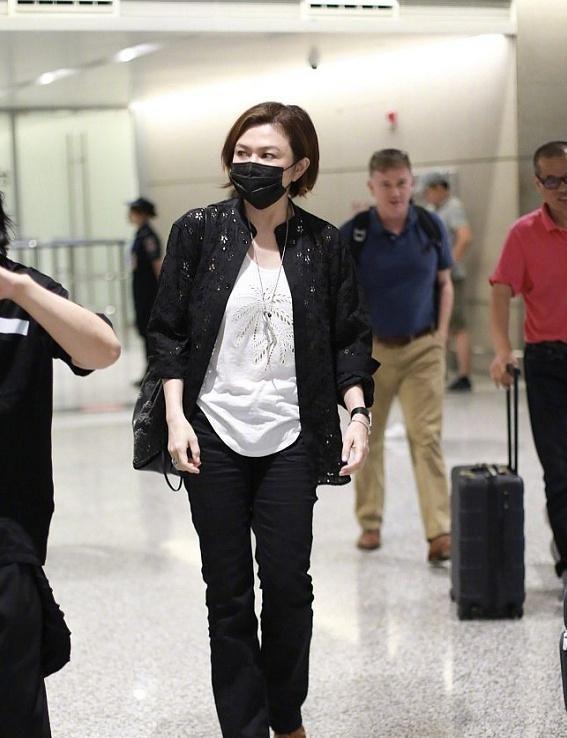 57岁关之琳素颜现身机场,镂空上衣难掩好身材