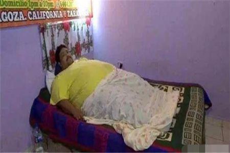 印度700斤男子躺在床上生活不能自理,妻子做出的决定让他绝望
