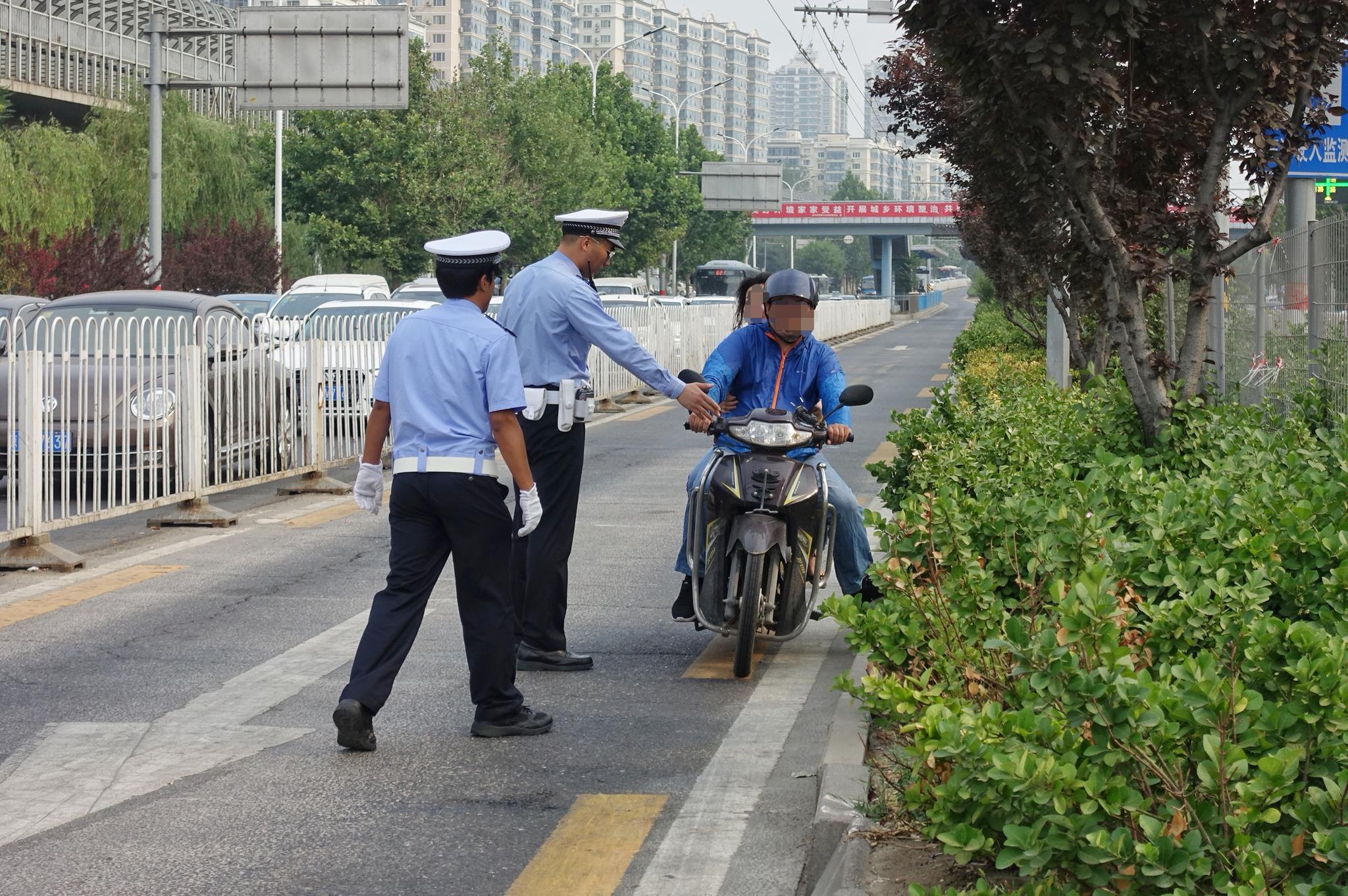 摩托车电动车闯入天通苑公交专用道 今早交警处罚十余辆|摩托车|交警|电动车