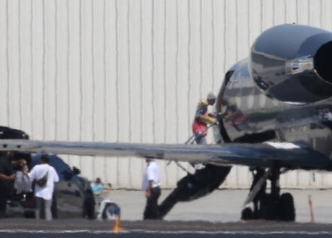 超壕!比伯海莉开超跑抵私人机场,乘坐私家飞机去游玩狂秀恩爱