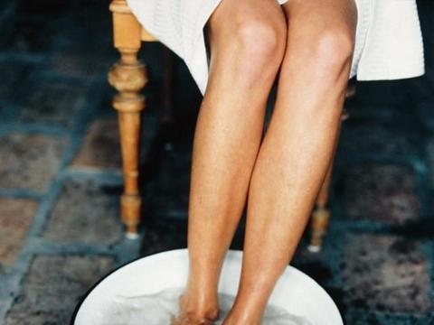 藿香正气水泡脚除湿吗?泡脚时倒两支藿香正气水,杀菌又驱寒!