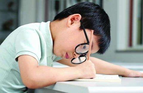 为什么近视的孩子变多了?除了爱玩手机,几个原因家长也别忽视!