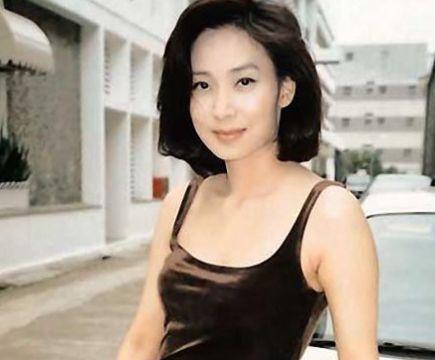 她曾是知名女歌手,经历4段感情依旧独身,今55岁成有名慈善家