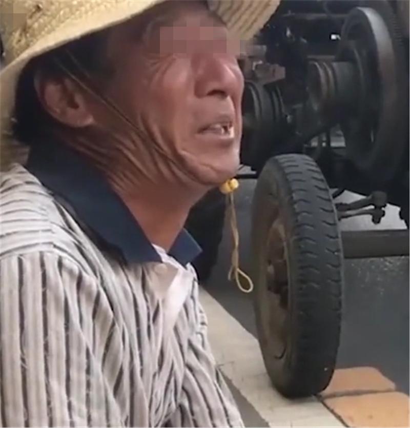 拖拉机撞上66万奔驰,维修2万,瓜农知晓后非常难受