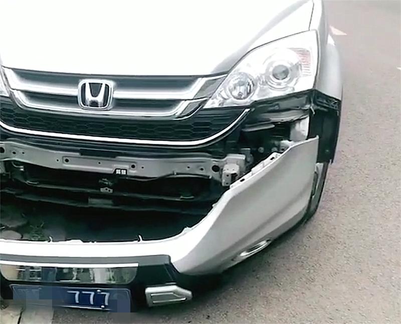 """14万本田杰德撞天线杆,看到车损那一刻,只能说""""不愧是日系车"""""""