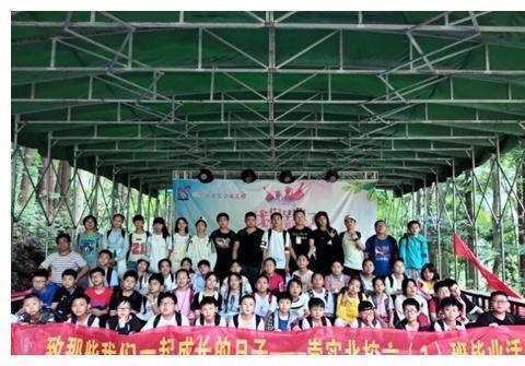 张家界崇实小学北校420多名师生开展毕业季感恩教育实践活动