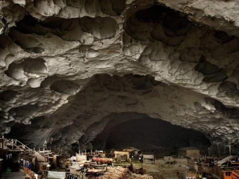 贵州大山里的村庄,村民自筹资金山洞里建1千平篮球场,冬暖夏凉
