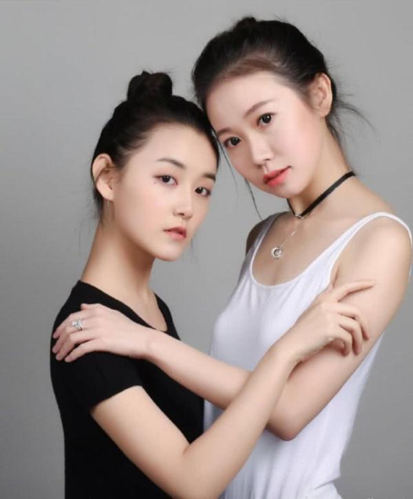 姐姐拍摄_蒋依依与姐姐拍摄杂志大片,姐姐高颜值引网友围观,人如其名!