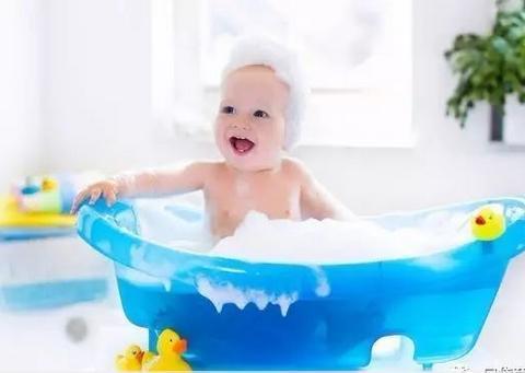 天热宝宝洗澡,到底用不用十滴水、宝宝金水?小事情里面有大学问