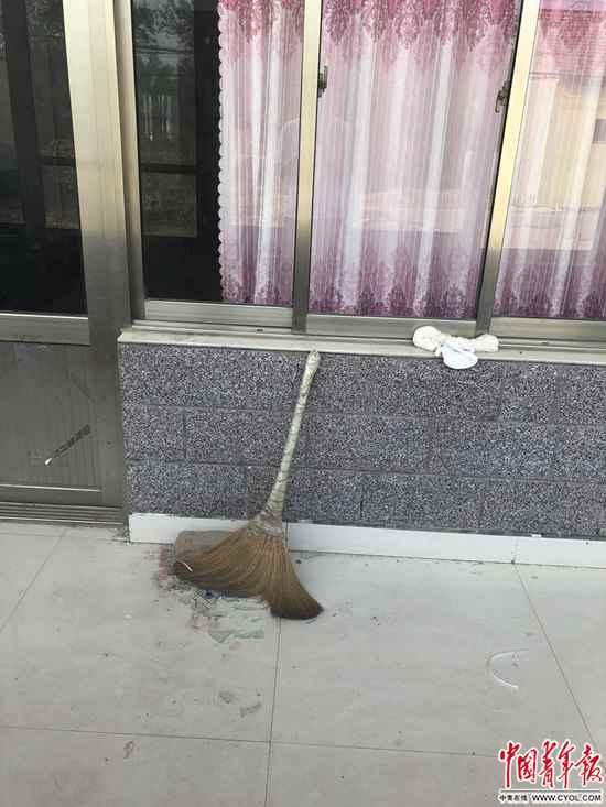 杨家门口的扫帚。中国青年报·中国青年网记者王嘉兴/摄