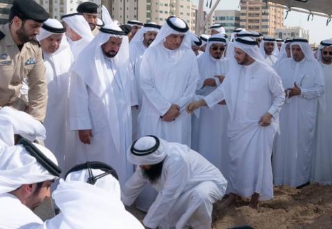 沙迦酋长在社交平台发布为哈立德祈祷的照片。(图源:CNN)