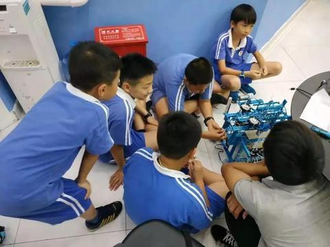 机器人编程是男孩子的专利?不!女孩子同样大有可为