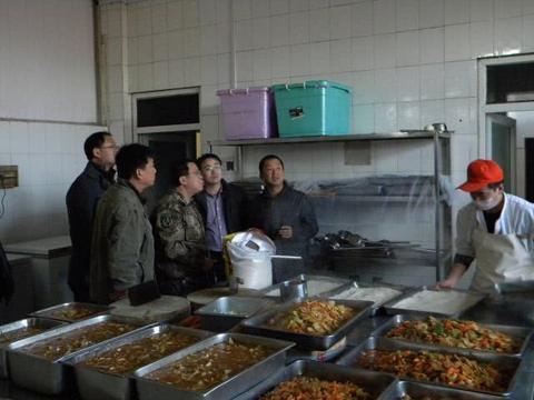 教育部新规:校长陪餐制度公布,4月1日起中小学食堂开始实施!