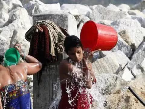 """尼泊尔的""""三八""""妇女节, 女人当街沐浴3天, 裹着浴布或半裸身子!"""