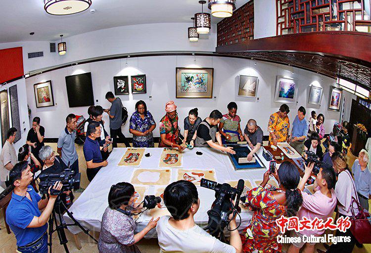 """岩彩艺术学会举办""""岩彩艺境""""中外文化交流·岩彩绘画体验活动"""