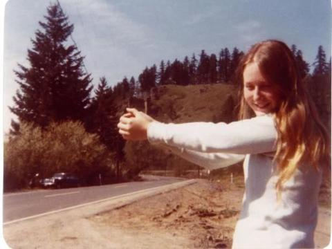 美国女子搭顺风车遭绑架,被困木箱经受殴打电击7年却喜欢上嫌犯