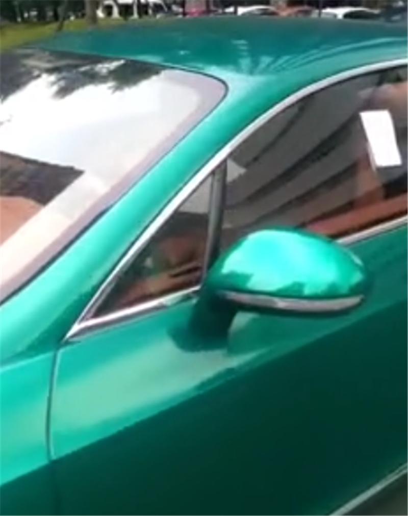 """富二代的一台座驾,440万""""绿色""""宾利,挂66666牌,违停照贴罚单"""