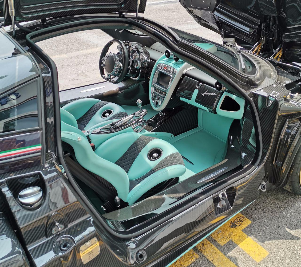 帕加尼在天津上牌,车型名字很难读,座椅上的孔用处很大