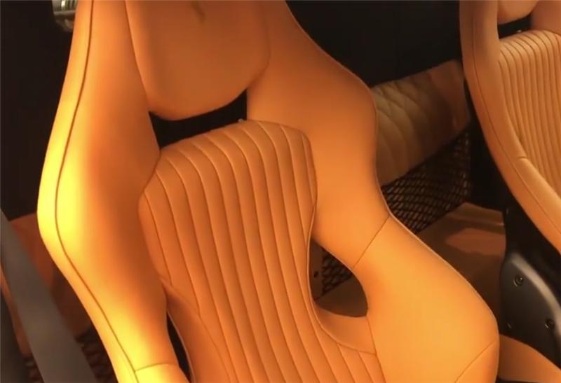 """720马力的法拉利现展厅,全车贴""""三色条纹"""",女销售比车养眼"""