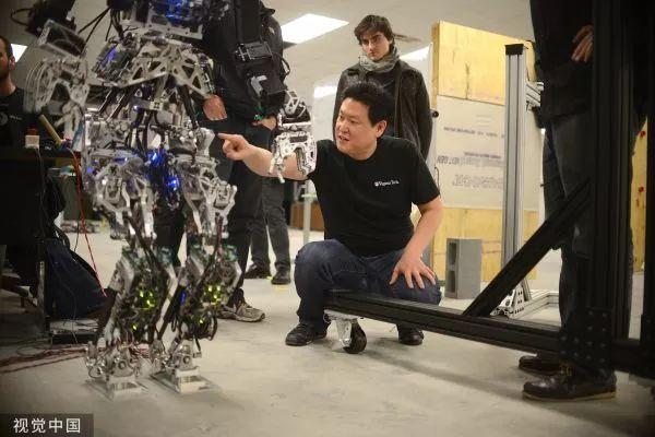 ▲2013年12月3日,美国克里斯琴斯堡,当地大学生正在为DARPPA机器人挑战赛做准备。