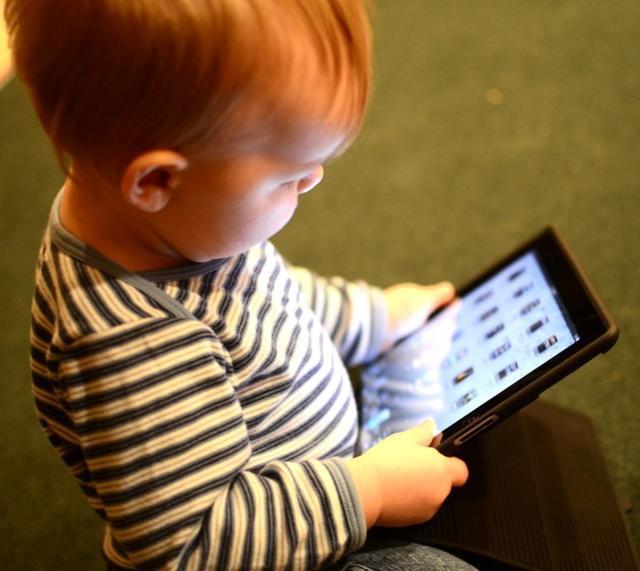 研究警告称祖父母允许年幼孩子拥有太多的屏幕时间