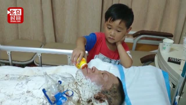 泪目!7岁男童床前照顾重伤父亲 与爸爸相依为命不愿离开