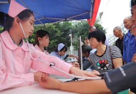 """重庆人文科技学院""""三下乡""""——文化歌咏新社区,卫生护航守健康"""