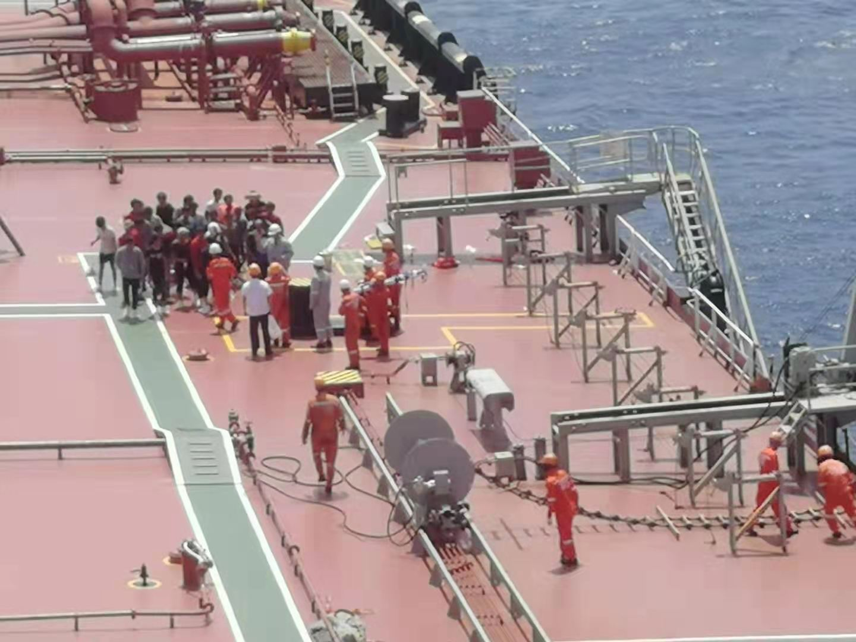 """空中拍攝""""遠洋湖""""號商船甲板上的情況。海南省應急管理廳供圖"""