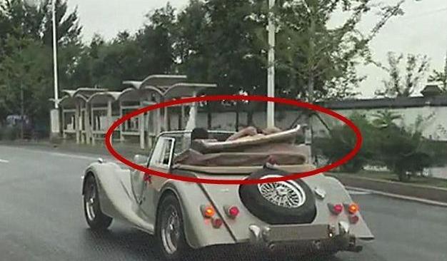 路上偶遇摩根敞篷跑车,敞篷一秒就可以关闭!网友:厉害了!
